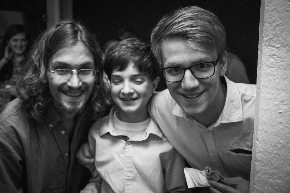 SIlas genießt mit Raúl Semmler und Bene die Feier.