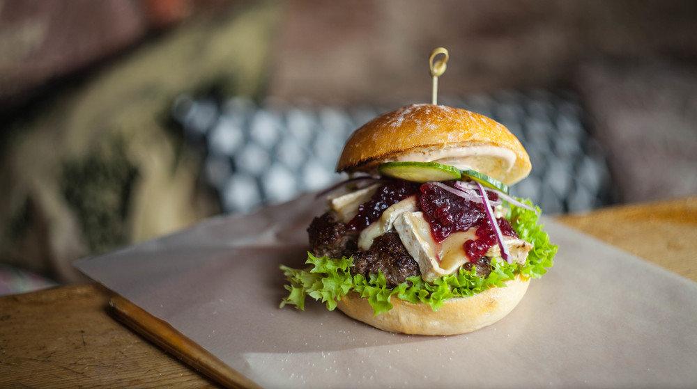 Liebe geht raus an den Burger mit Brie und Preiselbeeren in der Burgerei in Saarbrücken.