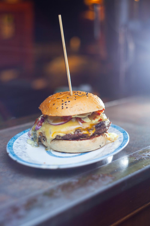 Beim Burgeramt in Berlin bekommt man den besten Cheeseburger.