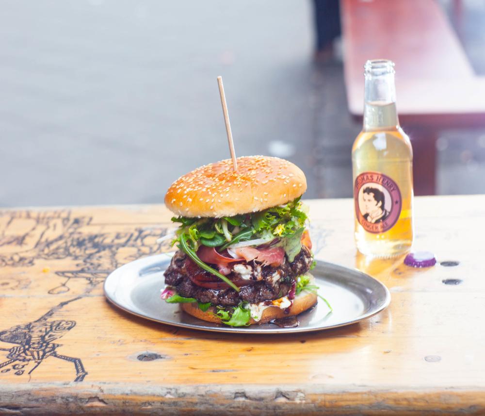 BBI in Berlin baut saftige Burger-Türme, dazu noch ein Spicy Ginger von Thomas Henry.