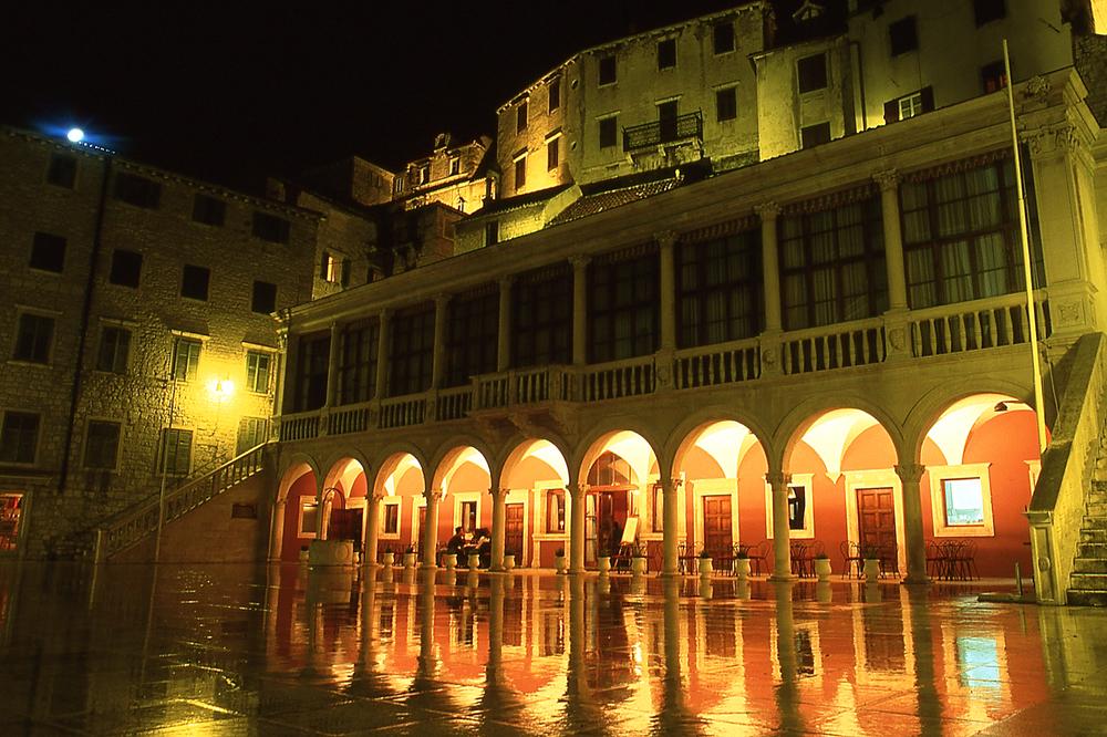Croacia6.Plaza y Logia de Sibenik.jpg