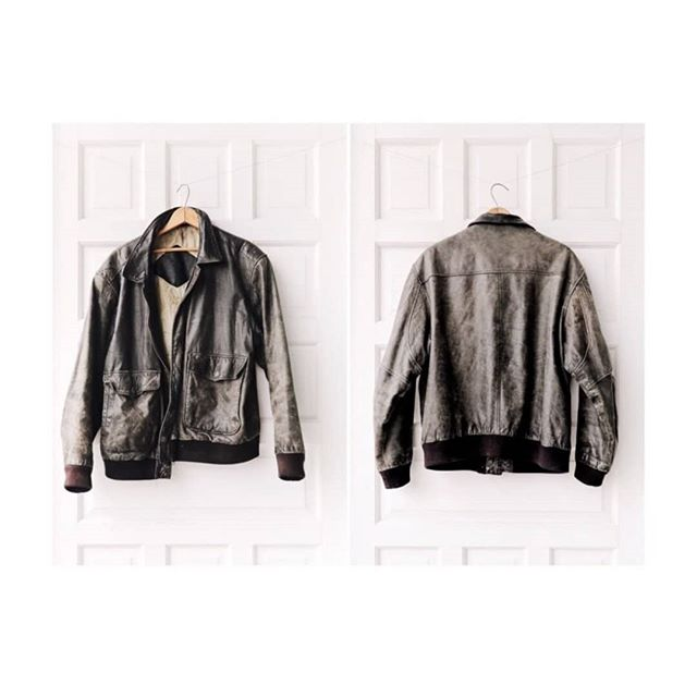 ➕$98➕ Vintage perfectly worn genuine leather flight jacket. Lining throughout. In love with this! 😻 Oversized on a S / M. Fitted on a L.