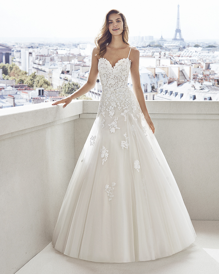 Lace and tulle princess-style wedding dress. Semi-sweetheart neckline, beaded straps and skirt and bodice with lace appliqués.  Luna Novias Vesna