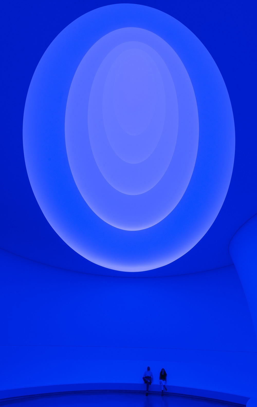 51cb0781b3fc4bc13300001c_james-turrell-transforms-the-guggenheim-_james_turrell-exh_ph020.jpg