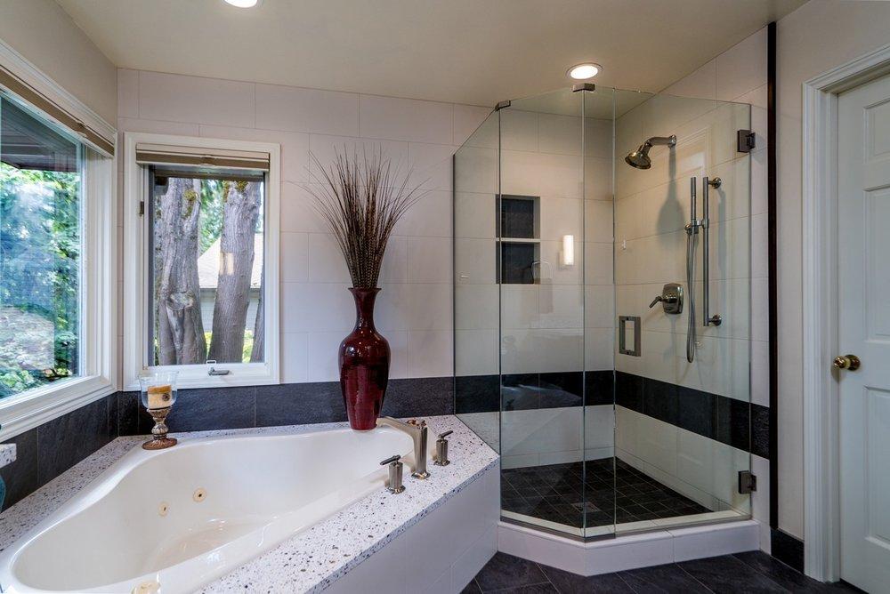 Shower featuring a niche.