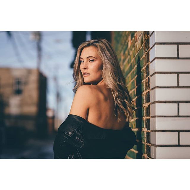 Caught ya looking. @sierra_bartsch #globe_people #earthportraits #moodyports #moodygram #globeportraits #makeportraits #canon #instagood #photooftheday #portrait #portraitphotography #portraitgames #aovportraits #laramie #wyomingl #dramatic #shadows #naturallight #blonde #blondehair #model #babe