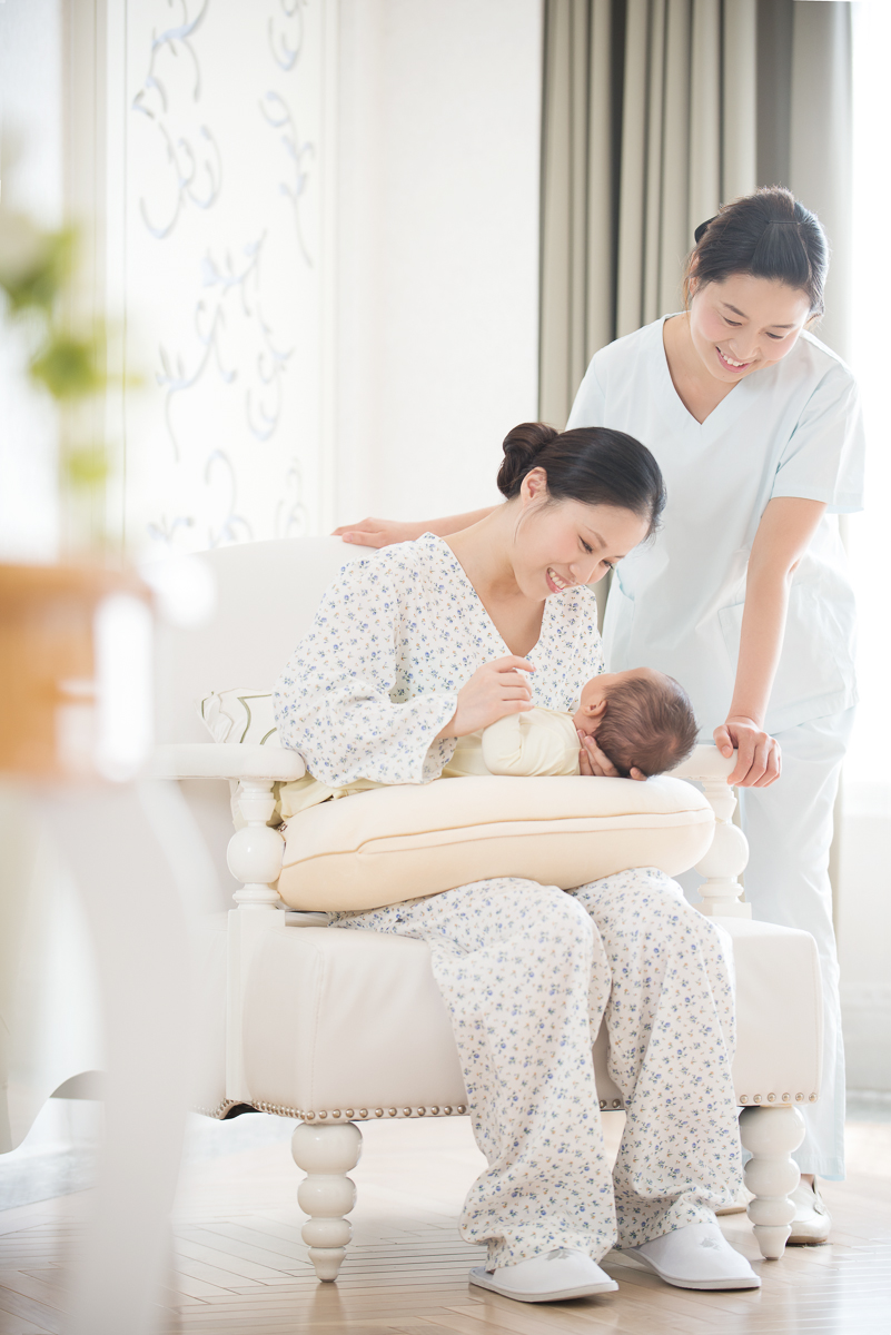 We opted for a more high key lighting for this shot of a nurse looking on as a mother smiles at her newborn. We added in the table and plant in the foreground at the last moment in order to provide a little bit of depth and distance, almost as if not to disturb this intimate moment.  我们在拍摄这张时选用一种更高调光的手法,在最后一刻,我们在最前端的位置加进了一张桌子和一株植物,为了是提供一点点的深度和距离感,仿佛让人不要去打扰这个亲密的时刻。