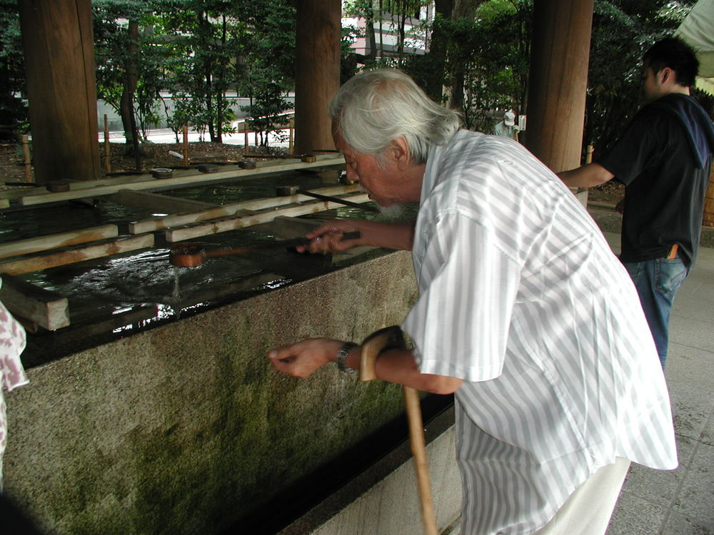 Su Beng at the Yasukuni shrine in Tokyo, Japan (August 2005)