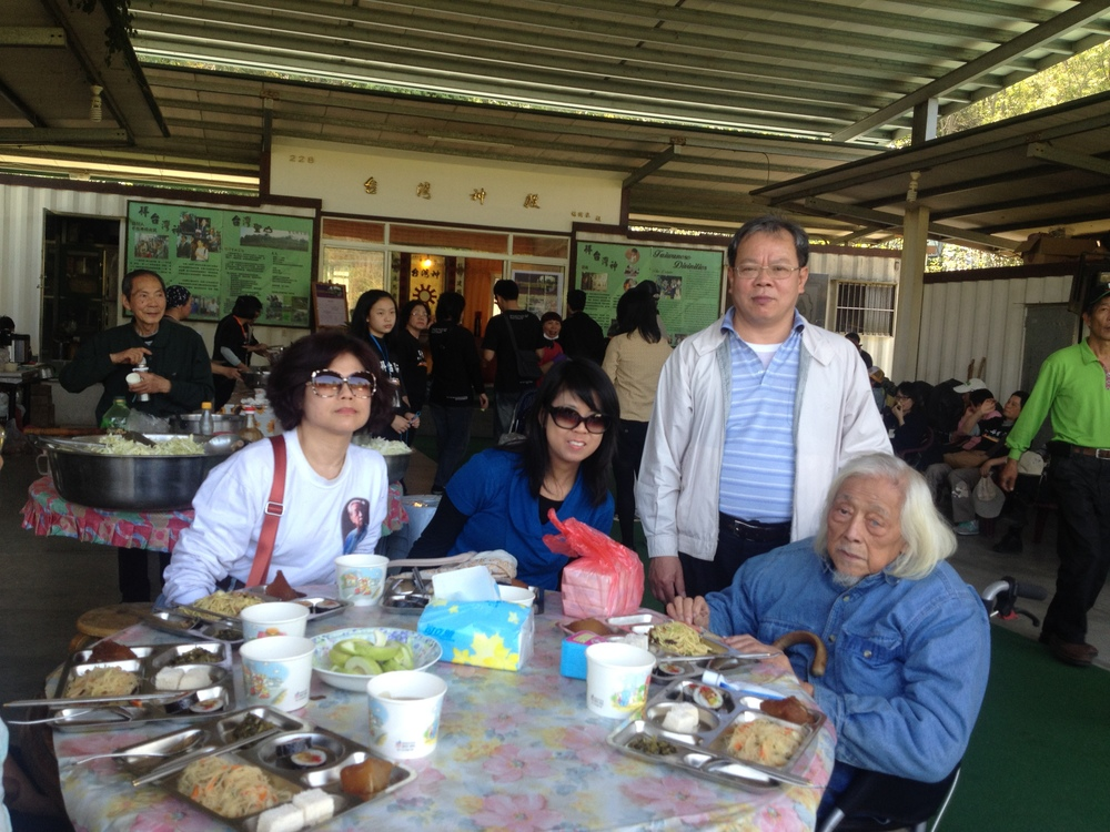 Lunch with Su Beng before going to the 228 memorial rock commemorating victims of 228. (Left to right: Bin Hong, me, A-Diong and Su Beng)