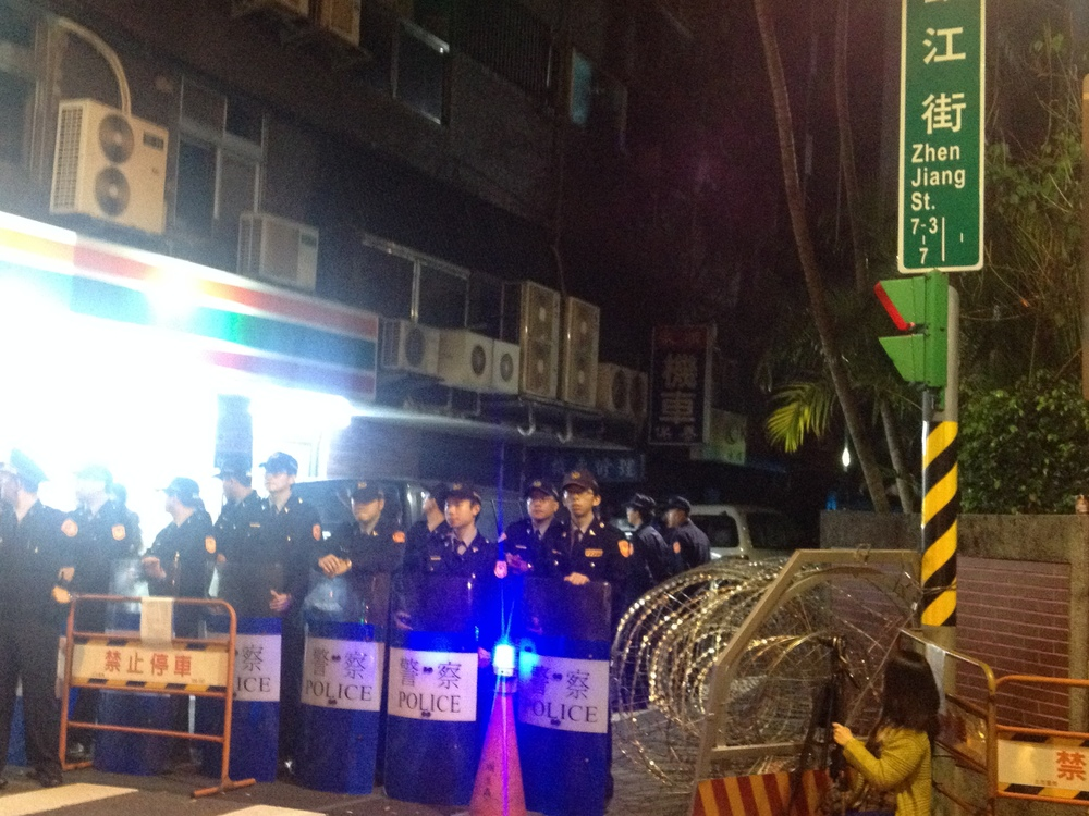 Riot police stationed at 青島東䟯 and 鎭江街 on the night of March 18, 2014.