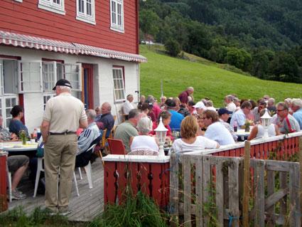 Frå opninga av Sande gardsmuseum, aug. 2010. Servering og program utanfor grendahuset.