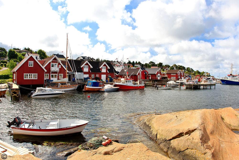 Idylliske Engelsviken ligger nord for byen og er spesilet kjent for sommershowet med visesanger av Evert Taube, og fiskesuppen som serveres på restauranten her.