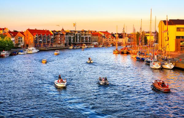 Båt- og sjøfartsby  Fredrikstad er en ektesjøfartsby med en sjøfartshistorie som går flere hundre år tilbake i tid. Den flotte skjærgården rett utenfor bykjernen gjør at interessen for fritidsbåter er stor i Fredrikstad.