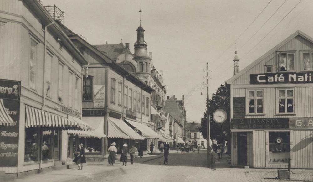 Storgata i Fredrikstad. Foto: Eberh. B. Oppi Kunstforlag