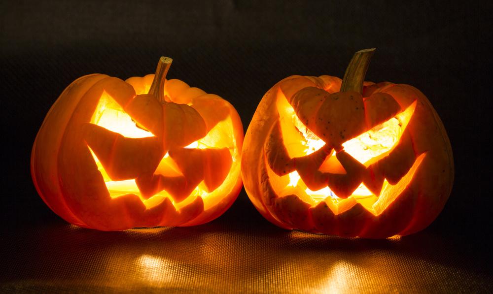 «Jack-o'-lantern», et uthult gresskar med «ansikt» og lys, er det vanligste symbolet og dekorasjonen for halloween-feiringen i USA. En slik lykt er første gang omtalt i 1837 og ble knyttet til halloween allerede fra 1866.