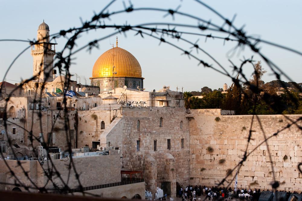 Episenteret for den israelsk-palestinske konflikten.For Moria-høyden, som jødene kaller Tempelplassen og muslimene kaller Haram al Sharif, er av verdens helligste, og dermed også av de mest eksplosive stedene i verden.