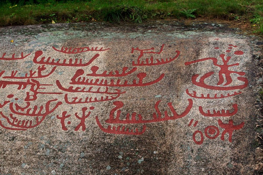 Helleristningene i Norge ble laget i løpet av flere tusen år, helt fra kort etter istidens slutt for ti tusen år siden og til langt inn i jernalderen i århundrene etter Kristi fødsel. Bildet er fra Solbergfeltet.