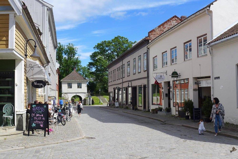 Nisjebutikker, gallerier, kafeer, historie, arkitektur..    GAMLEBYEN    INFO    GÅ FESTNINGSLØYPA