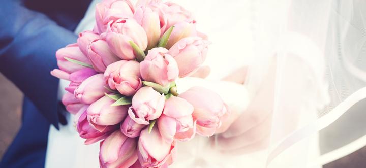 Maddy Beekhuizen is bloem styliste en maakt prachtige bruidsboeketten. Ook is zij de expert voor het aankleden en decoreren van jullie locatie met de mooiste bloemen: www.monfleuri.nl