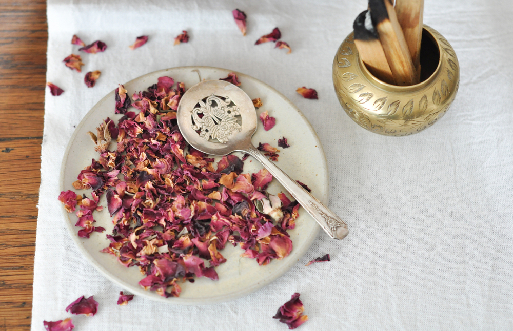 to-be-magnetic-rose-petals-palo-santo