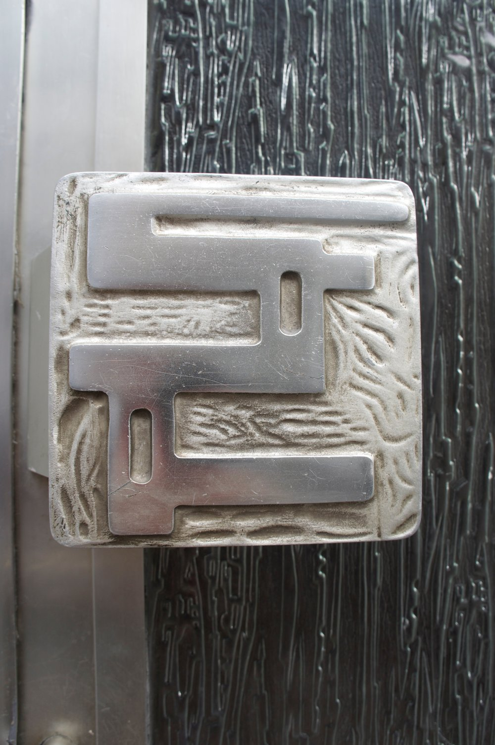 This fucking ace door handle was in Bruxelle/Brussels as well , looks to be cast aluminium , great glass door as well 40-50's era? They just don't put any effort into door handles anymore,  i think the entrance to your home should send a message of reverence and pride of place.