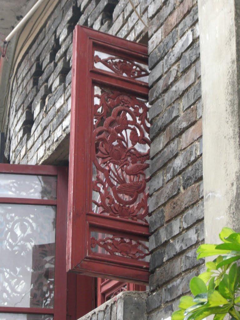 Crane motifs are popular.