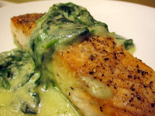 Salmon con Espinacas en Crema Verde: Seared Salmon with Spinach and Creamy Roasted Pepper