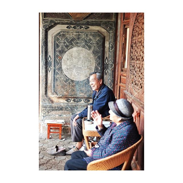 Once you start wandering through the alleys surrounding the main square it seems although time has stood still. This lovely couple opens up their ancient home for visitors to enjoy it in all its splendor. #picturedbyus #shanxi #yunnan #china