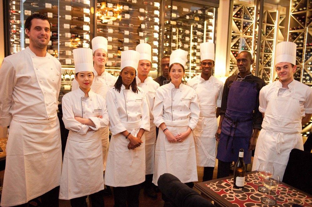Julien et son équipe de cuisine dans l'attente des nouvelles du guide Michelin...
