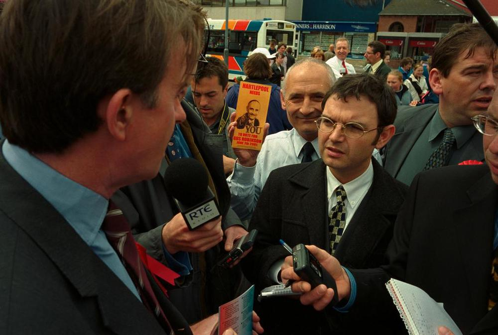 GB. Hartlepool. Conservative candidate Gus ROBINSON infiltrates the press surrounding Peter Mandelson. 2001. © Ian Berry/Magnum Photos
