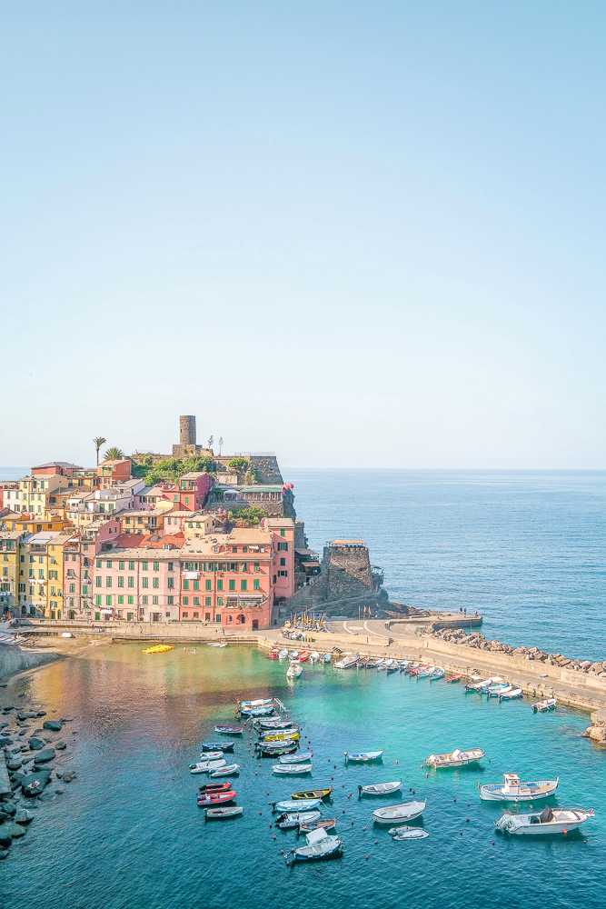 Hiking Cinque Terre: the famous view of Vernazza on the way to Monterosso