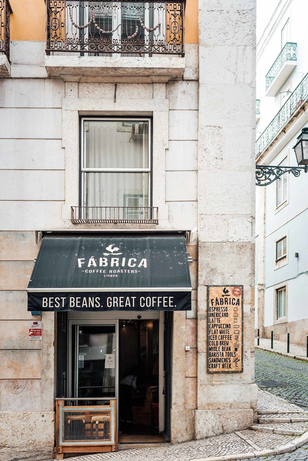 Fabrica Coffee Roasters is a coffee shop located on one of my favorite streets in Lisbon, Rua das Flores!