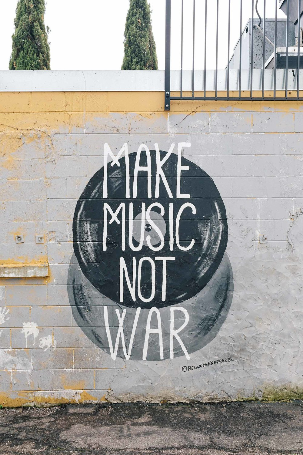 MAKE MUSIC NOT WAR mural in Nashville, Tennessee