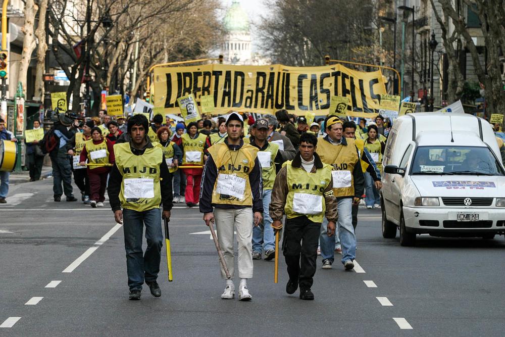 Buenos Aires, 31 /08/2004 - Inicia-se um protesto pedindo a liberdade de Raul Castells que culmina num confronto com a polícia. Outros grupos entram para protestar contra o acordo com o FMI