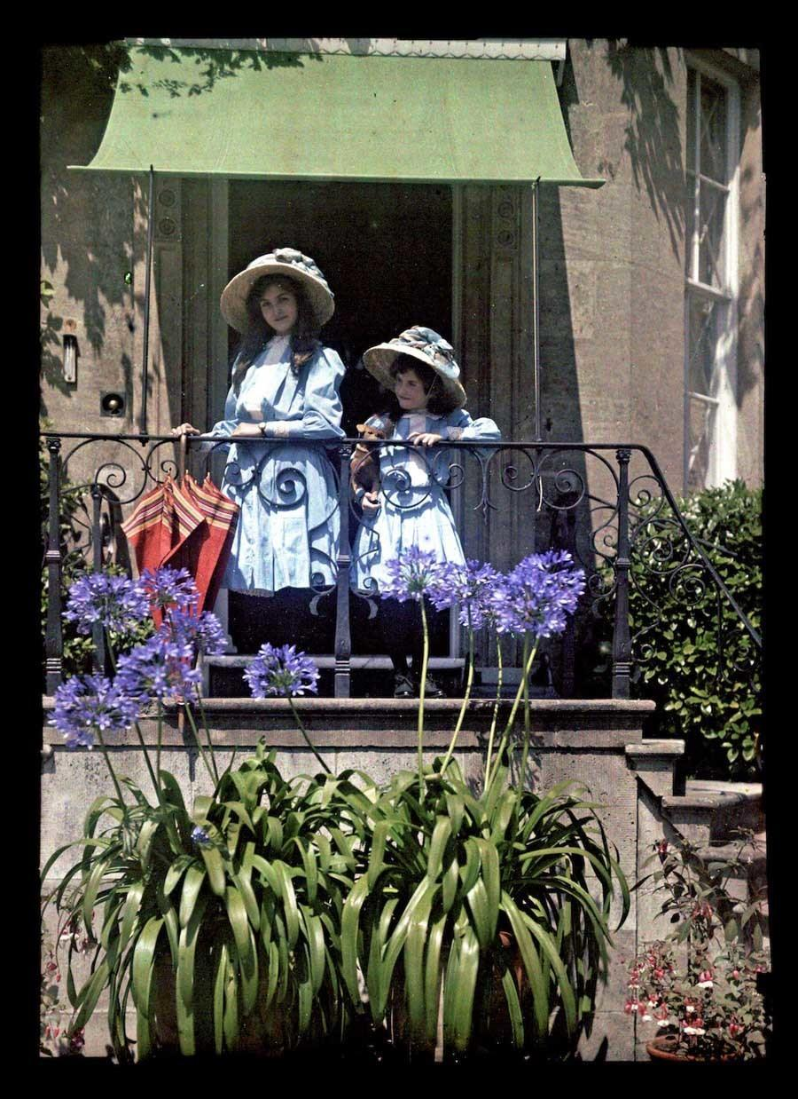 Etheldra-Laing-autochrome-red-umbrella.jpg