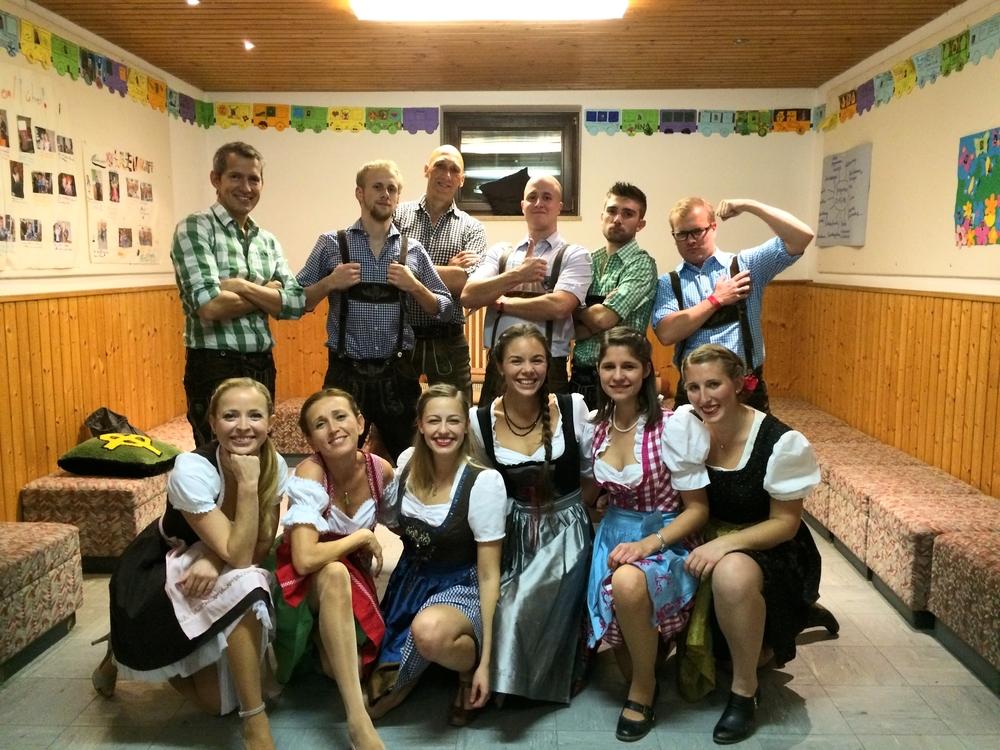 1. Magdaleninger Volkstanzgruppe vor der Aufführung.