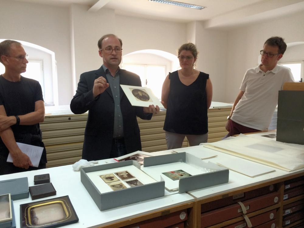 Mag. Andreas Gruber zeigt die größten Schätze des NORDICO im Archiv