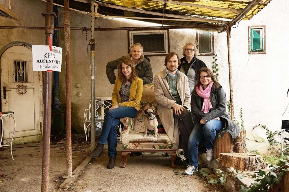 "Von links nach rechts: Adèle Haenel, Chris Kraus, Mopsdame ""Sorella"", Lars Eidinger, Danny Krausz und Kathrin Lemme (© Edith Held | DOR Film | FOUR MINUTES 2015)"