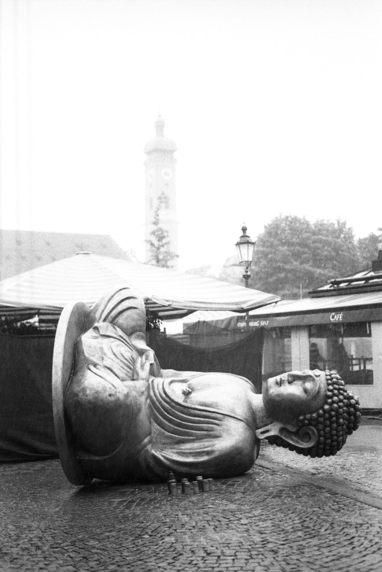 http://www.sueddeutsche.de/muenchen/aerger-ueber-kunstaktion-am-viktualienmarkt-buddha-bewegt-1.1679470     © Gabriel