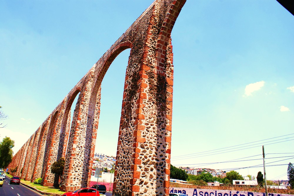 Querétaro cuenta con un emblemático     Acueducto   ,  símbolo de la ciudad desde que se terminó en 1735. El acueducto completo mide 8 932 m de longitud y la monumental arquería es de 1 280 m. Su altura máxima exacta es de 28,42 m, con 74 arcos de medio punto, similar a las construcciones romanas.