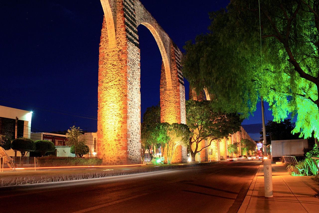 Vista desde la calle del acueducto de Querétaro