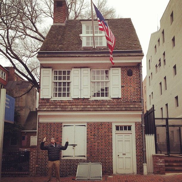 Ben in front of the Betsy Ross house in our way to Day 2 of @buyersmarket #philadelphia #bmac #buyersmarket #booth820 #handmade #jewelry #tourist  (at old city, philadelphia)