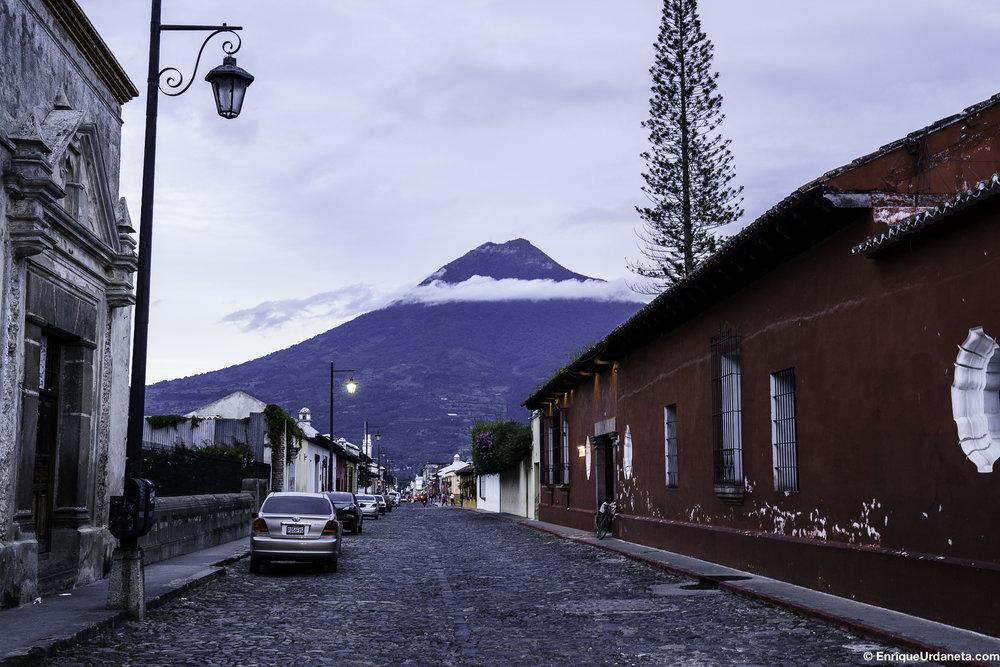 Vista del Volcán el Fuego desde una calle de La Antigua