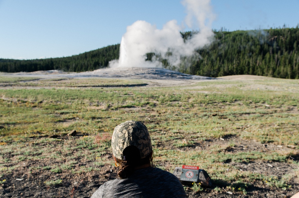 yellowstone geiser old faithful vacation photo
