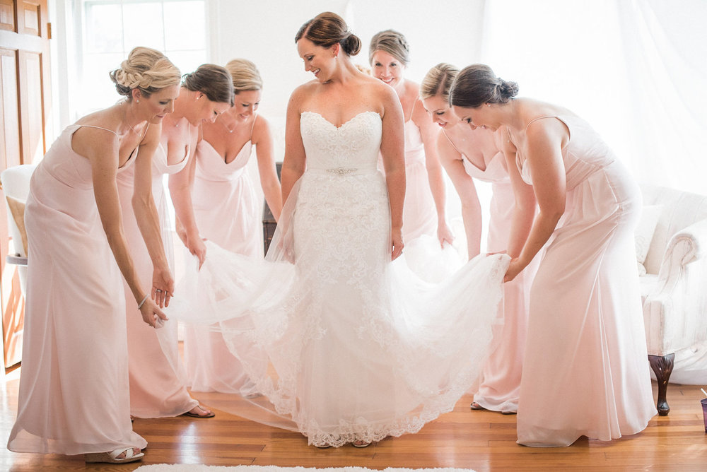 Bridesmaids+surrounding+bride.jpg