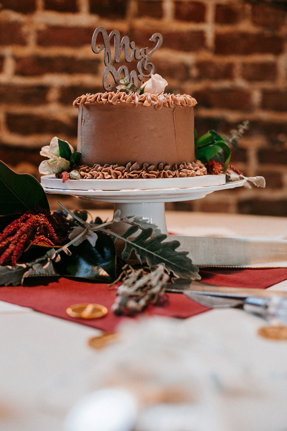 detail shot of wedding cake at the inn at the silk mill