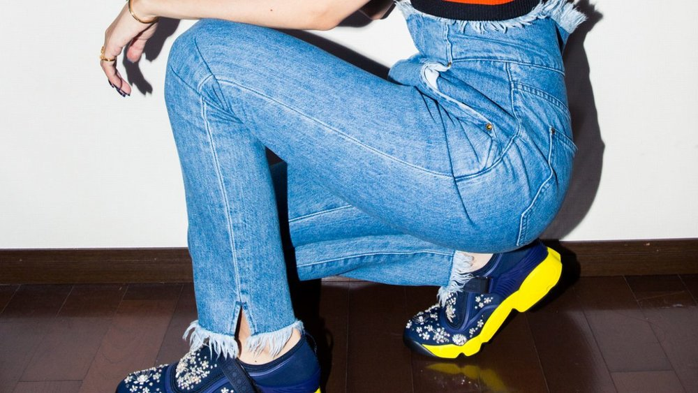HOW TO WEAR SNEAKERS LIKE A FASHION EDITOR — THE COVETEUR