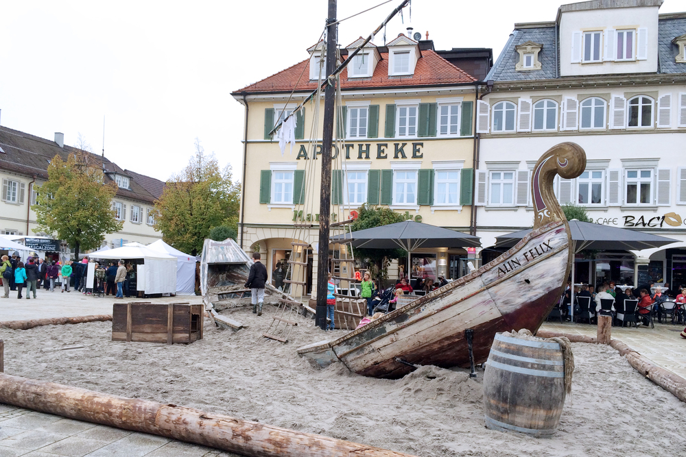 A shipwrecked boat sitting in the Platz.
