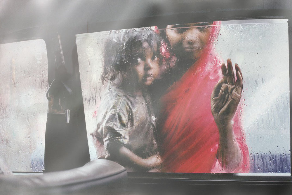 A mother and child at a car window by Steve McCurry, Mumbai 1993