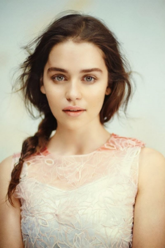 emilia-clarke-vogue-magazine-uk-december-2013-issue_1.jpg